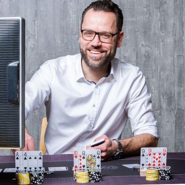 Tino Engel als Trainer für Teamevent am Computer